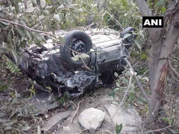 हिमाचल प्रदेश: मंडी जिले में खाई में गिरी कार, 3 लोगों की मौत, 3 घायल