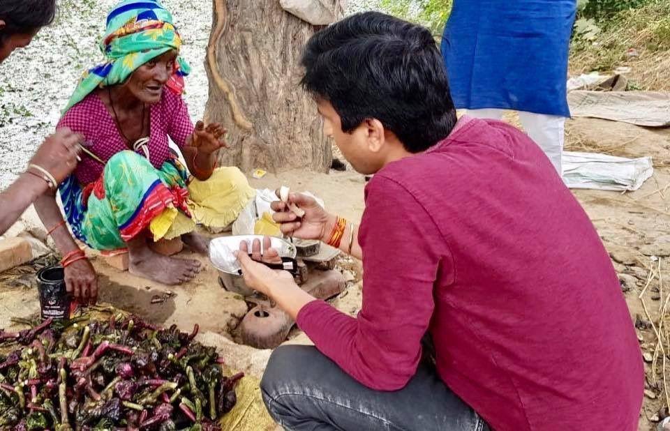 """कुमार विश्वास ने पूछा """"लोग ख़रीदने के बहाने इतने सिंघाड़े खा जाते हैं,नुक़सान कौन भरता है अम्मा?"""
