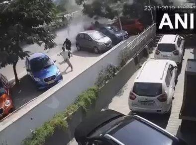 फ्लाईओवर से सड़क पर गिरी कार, 1 की मौत, 3 घायल, VIDEO देखकर कांप जाएंगे?