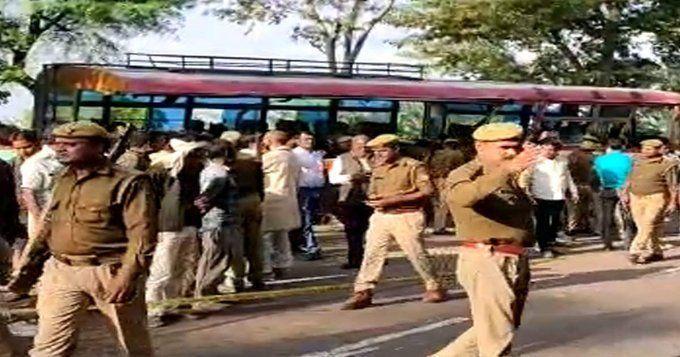 बांदा में रोडवेज बस ट्रक से टकराई, नौ लोगों की मौत बीस घायल