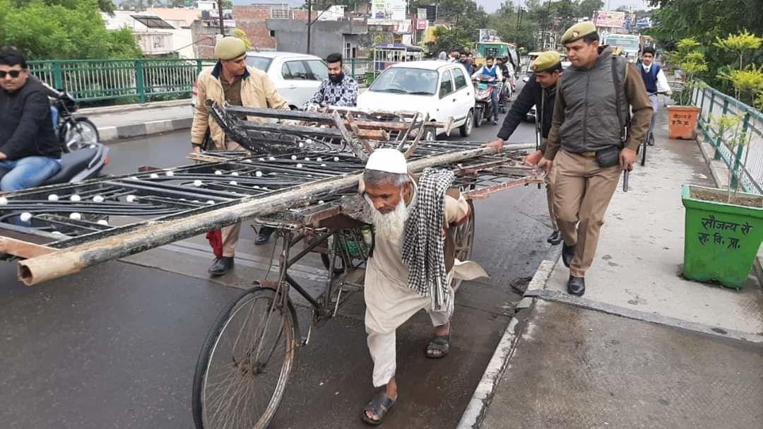 सहारनपुर में पुलिस ने पेश की इंसानियत की मिसाल