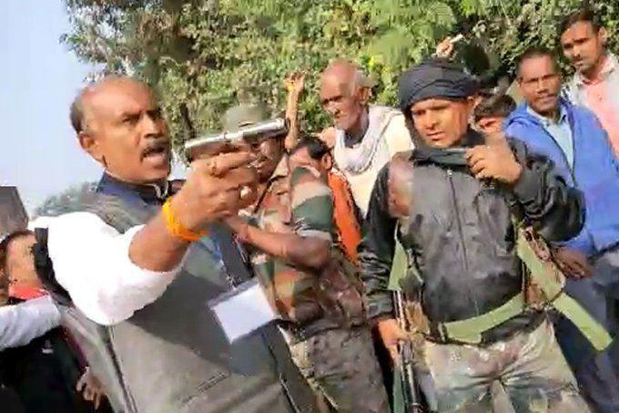 झारखंड चुनाव: बीजेपी समर्थकों ने कांग्रेस उम्मीदवार को नहीं घुसने दिया बूथ में, तब निकाला कांग्रेस उम्मीदवार ने रिवाल्वर!