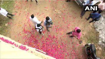 हैदराबाद के दरिंदे एनकाउंटर में ढेर, एनकाउंटर करने वाली टीम पर लोगों ने फूल बरसाकर