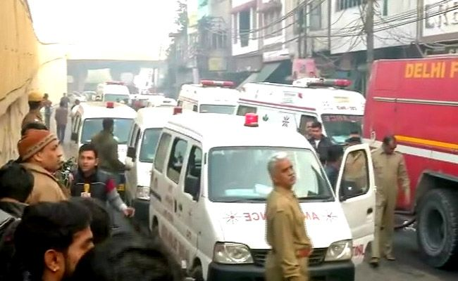 दिल्ली आग : केजरीवाल 10 तो भाजपा देगी पांच लाख रुपये, सरकार ने दिए जांच के आदेश
