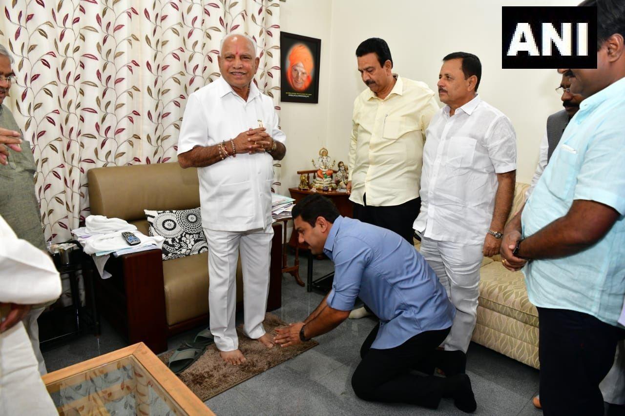 बेंगलुरु: कर्नाटक के मुख्यमंत्री बीएस येदियुरप्पा ने अपने बेटे बीवाई विजयेंद्र के साथ मनाया   जीत का जश्न मनाया