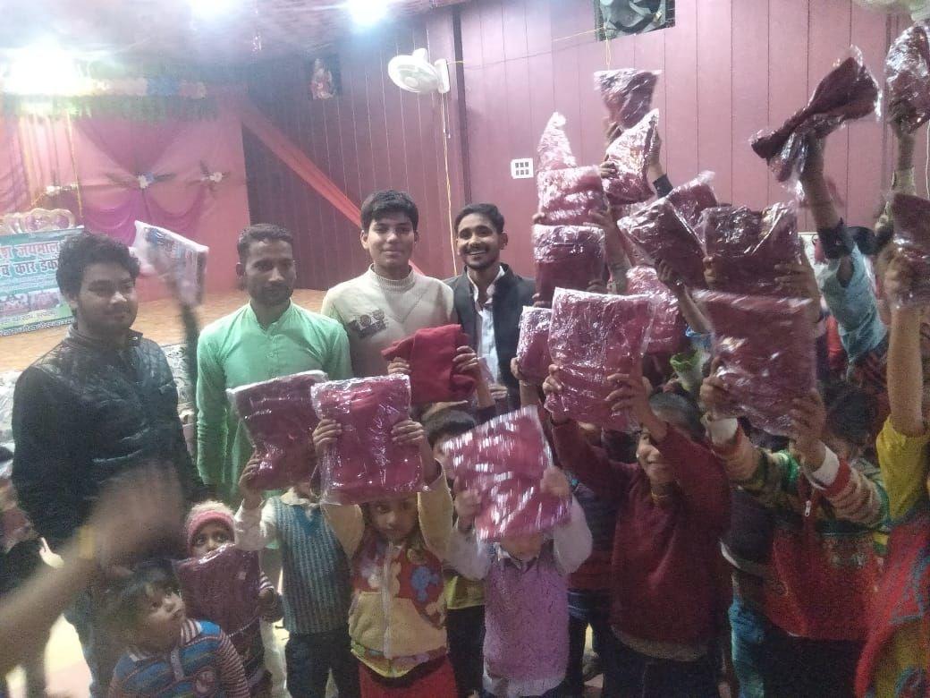 अखिलभारतीय ब्राम्हण महा सभा हरदोई ने वितरित किए बच्चों को स्वेटर और कंबल