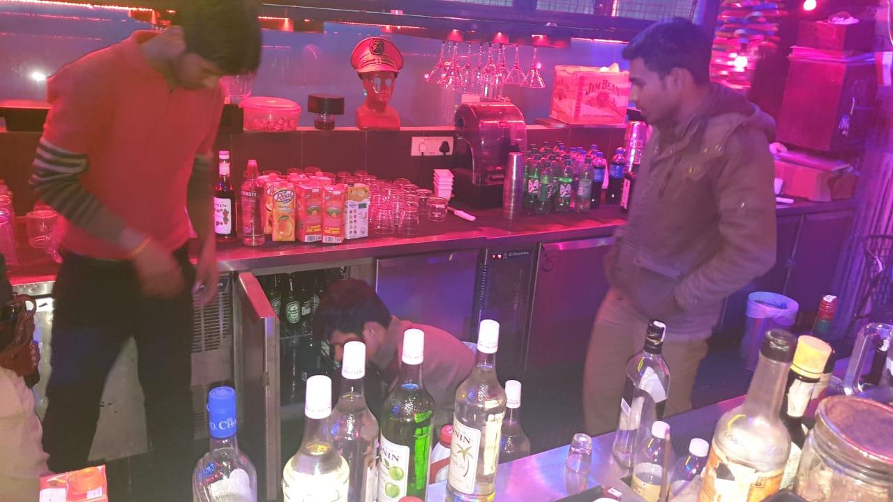 नोएडा पुलिस ने अवैध रूप से संचालित शराब बार पर मारा छापा, भारी मात्रा में अवैध शराब बरामद