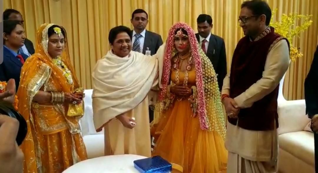 बदलते माहौल को देख बदल गई मायावती, विधायक की बेटी की शादी में हुई पहली बार शामिल