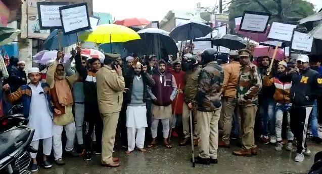 यूपी के बिजनौर में नागरिकता संशोधन बिल का विरोध, मौके पर पुलिस रही मौजूद