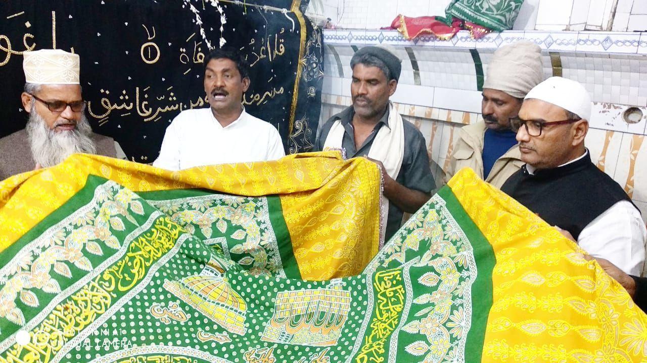 जौनपुर: चादरपोशी कर सपा विधायक ललई ने मांगी अमन, चैन की दुआएं
