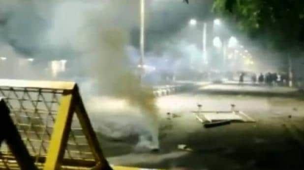 जामिया के बाद अलीगढ़ मुस्लिम यूनिवर्सिटी में बवाल, पुलिस ने आंसू गैस के गोले दागे