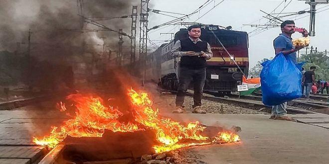बंगाल में बीजेपी कार्यकर्ता मुस्लिम परिधान पहन ट्रेन पर पथराव करते समय गिरफ्तार