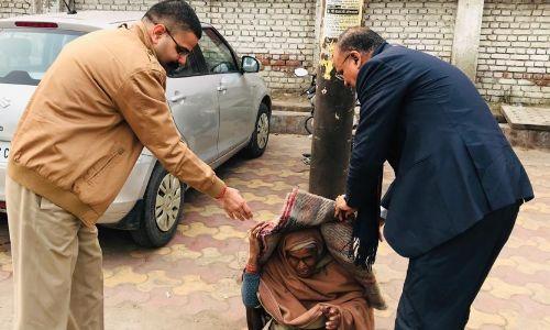 प्रदेश के कई जिलों में हिंसक प्रदर्शन हो रहे थे, तब ये दोनों अधिकारी शांतिपूर्ण अपील करते हुए गरीबों को कंबल बाँट रहे थे!