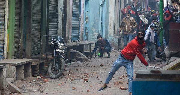CAA Protest : रामपुर में हिंसक हुआ प्रदर्शन, लोगों ने पुलिस पर किया पथराव, एक प्रदर्शनकारी की मौत