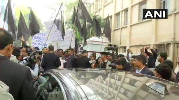 जाधवपुर यूनिवर्सिटी के बाहर छात्रों ने गवर्नर धनखड़ को रोका,दिखाए काले झंडे