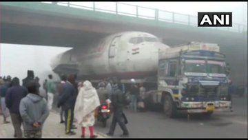 पुल के नीचे फंसा विमान, मची अफरा-तफरी