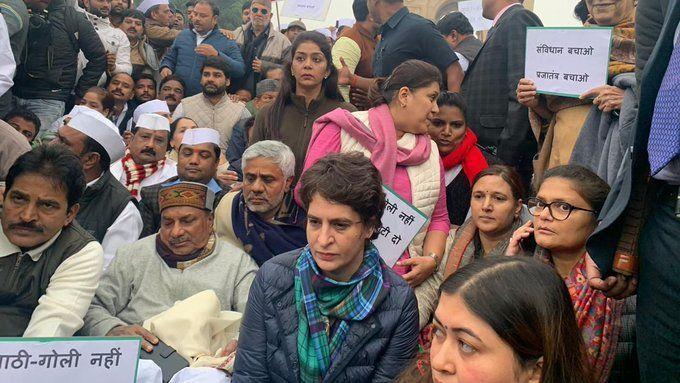 UP: रेप पीड़िता ने मां-बाप के साथ खाया जहर, प्रियंका गांधी ने दिया  सीएम और मंत्रियों को ये जबाब