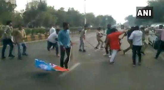 JNU के बाद अब अहमदाबाद में ABVP और NSUI कार्यकर्ताओं के बीच भिड़ंत, जमकर चले लाठी-डंडे, देखिए- VIDEO