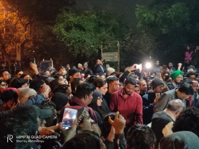 JNU Violence: स्टूडेंट्स के समर्थन में जेएनयू पहुंची एक्ट्रेस दीपिका पादुकोण