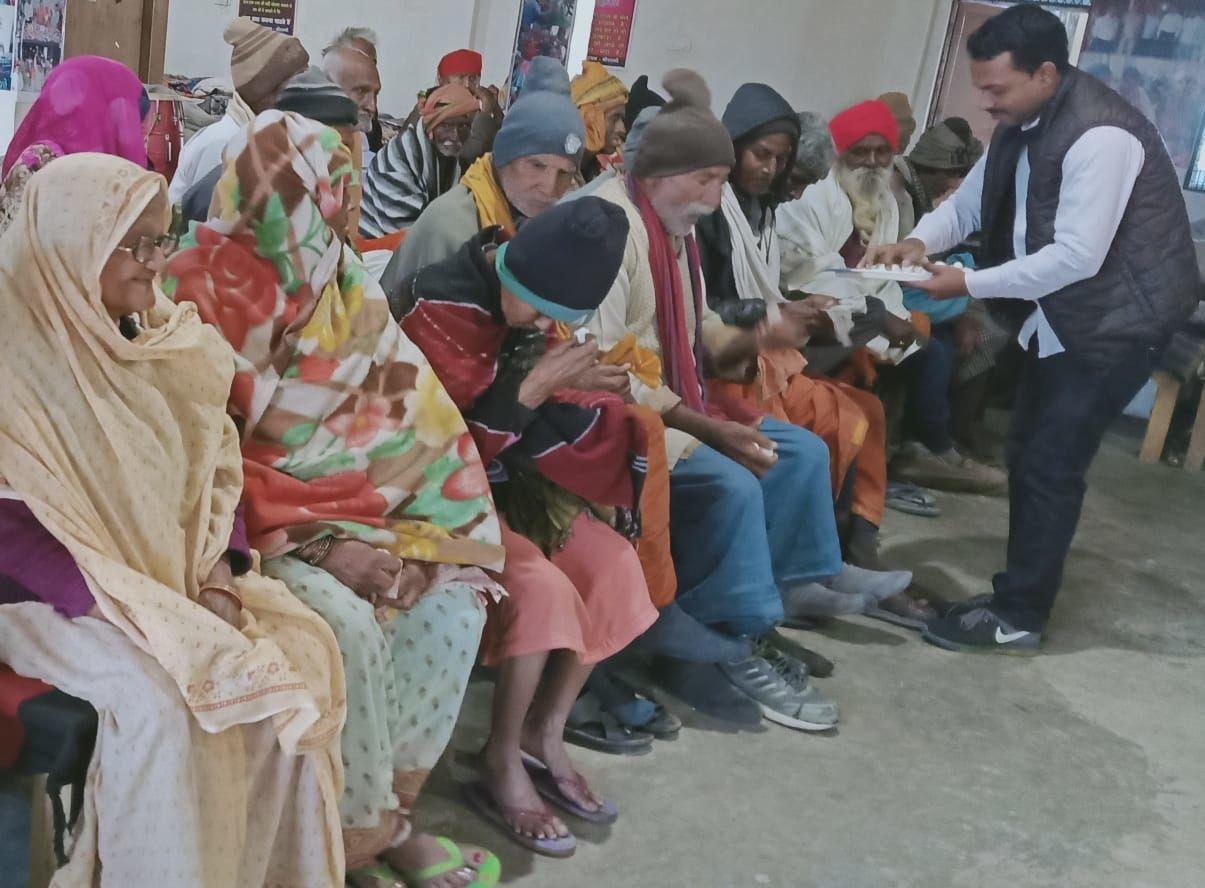 वृद्धा आश्रम में धूमधाम से मनाया गया मकर संक्रांति का पर्व