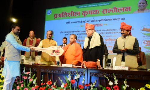 प्रगतिशील कृषक सम्मेलन में योगी आदित्यनाथ ने किसान को किया सम्मानित