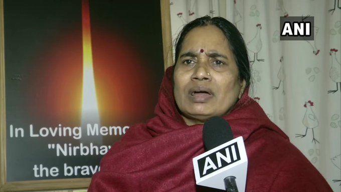 निर्भया की मां का करारा जवाब, बोलीं- इंदिरा जय सिंह मुझे नसीहत देने वाली होती कौन हैं?