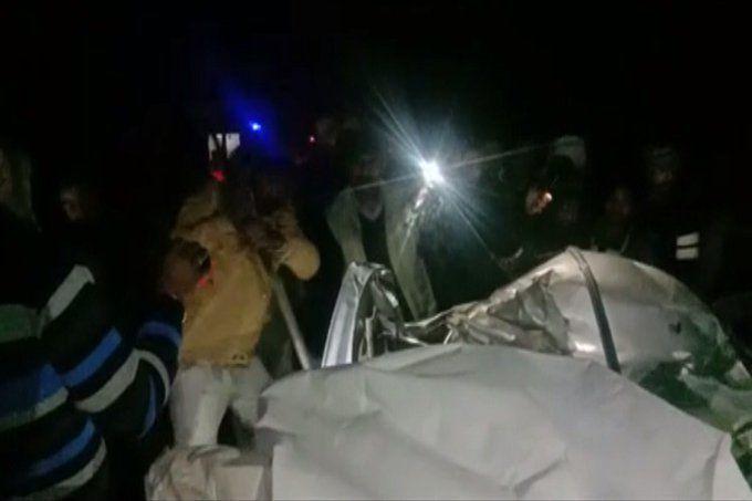 शाहजहांपुर: बारातियों से भरी कार पेड़ से टकराकर खाई में गिरी, पांच की मौत