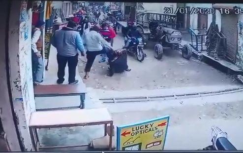 शामली में दिनदहाड़े गुंडागर्दी युवक को बेरहमी से पीटते युवकों का वीडियो कैद, पुलिस ने किया गिरफ्तार