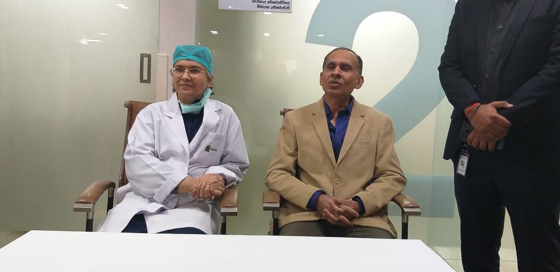 अस्पताल परिसर में मीडिया से मुखातिब डॉ (ब्रिगेडियर) अरविंद कुमार त्यागी व डॉ रीना गुप्ता जैन।