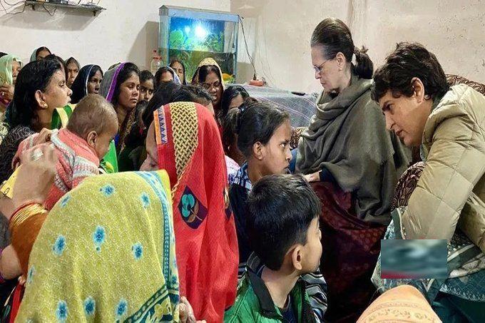सोनिया और प्रियंका ने की हादसे में मृत लोगों के परिजनों से मुलाकात