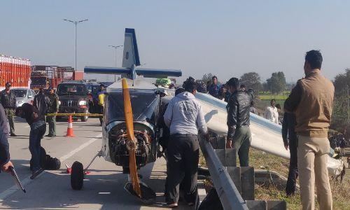 चार्टर्ड प्लेन की पेरिफेरल एक्सप्रेसवे पर हुई आपात लैंडिंग, बचाने आए एयरफोर्स के चॉपर को भीड़ के कारण खेत में उतारना पड़ा