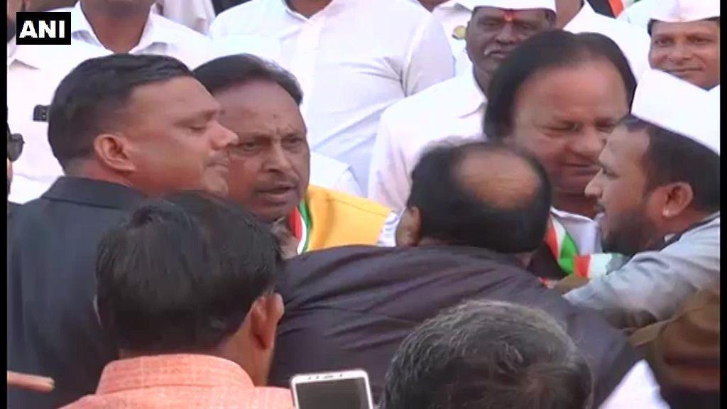 गणतंत्र दिवस समारोह के दौरान 2 कांग्रेसी नेताओं के बीच हुई झड़प
