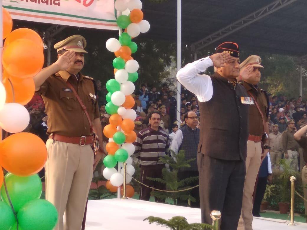 गाजियाबाद में मंत्री जनरल वीके सिंह ने पुलिस लाइन में किया ध्वजारोहण, एसएसपी ने दिलाई नैतिकता की शपथ