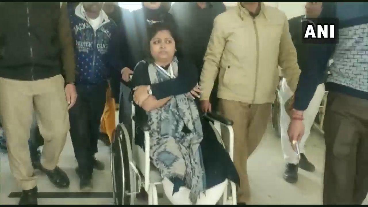 नोएडा किसानों द्वारा किये गये पथराव में एसडीएम गूंजा सिंह और कई पुलिस कर्मी घायल