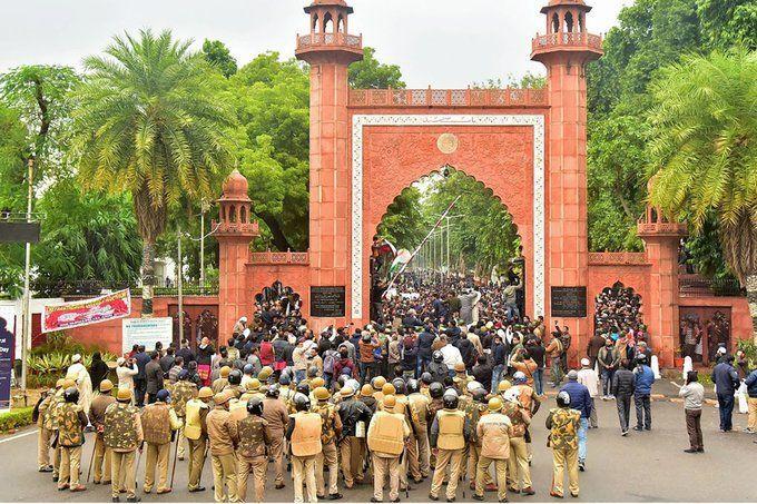 एएमयू प्रॉक्टर ने छात्रों के विरोध के चलते पद से दिया इस्तीफा
