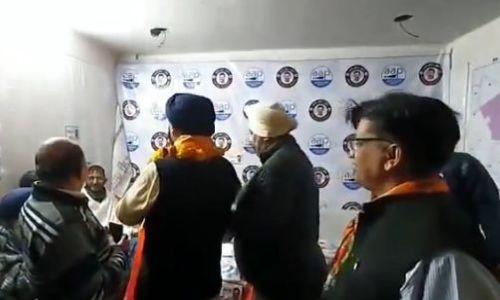AAP ऑफिस में वोट मांगने पहुंचा BJP उम्मीदवार, हाथ जोड़े-पैर छुए...देखें VIDEO