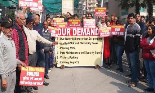 Noida Sector -74 स्थित ग्रैंड अजनारा हेरिटेज सोसायटी में अधूरे पड़े कामों के ना होने पर लोगों ने किया प्रदर्शन