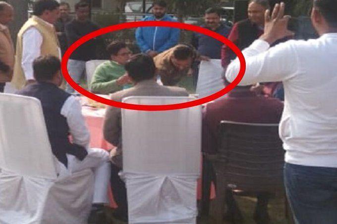 सपा नेता रामगोपाल यादव के पैर छूते दिखे मथुरा के सीओ राकेश, फोटो वायरल