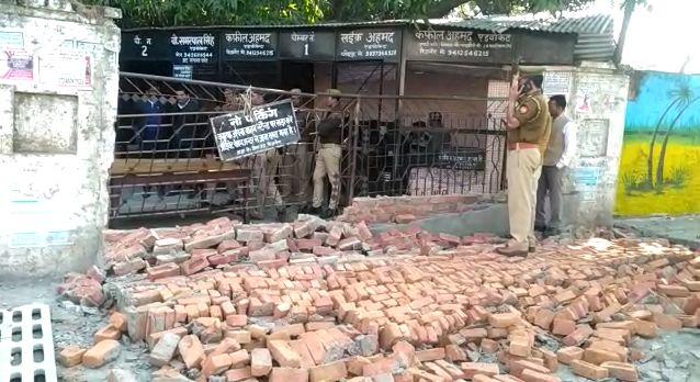 बिजनौर में जजी परिसर में वकीलों ने गिराई दीवार