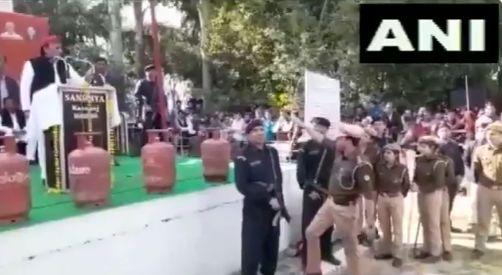 जय श्री राम के नारे पर भड़के अखिलेश यादव, पुलिसवाले से बोले कप्तान को बुलाओ?