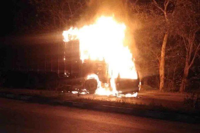 आगरा लखनऊ एक्सप्रेस-वे: ट्रक से टकराकर वैन में लगी भीषण आग, 7 लोग जिंदा जले