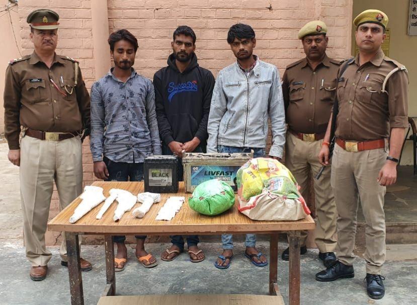 तीन शातिर चोरों को अवैध शस्त्र व चोरी के माल सहित पुलिस ने किया गिरफ्तार