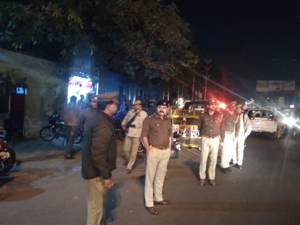गाजियाबाद :फर्जी पुलिस वाला बन लोगो को यूपी गेट के पास रोककर अवैध वसूली करने वाला गैंग गिरफ्तार, चौकी इंचार्ज सस्पेंड