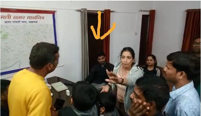 बीजेपी नेता श्रीकांत त्यागी महिला मित्र के साथ फ़्लैट के अंदर थे मौजूद, तभी पत्नी बच्चों समेत आ गई और फिर ....
