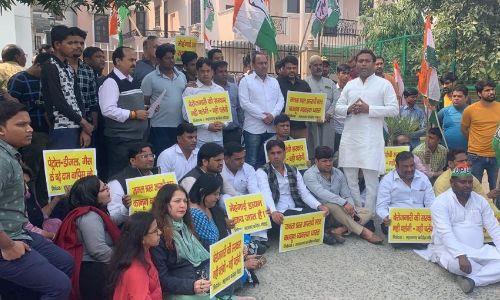 किसानों की समस्याओं को लेकर काग्रेंस कार्यकर्ताओं ने किया विधायक आवास का घेराव