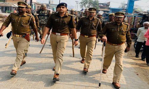 शांति एवं अमन चैन स्थापित करने हेतु पुलिस ने निकाला फ्लैग मार्च