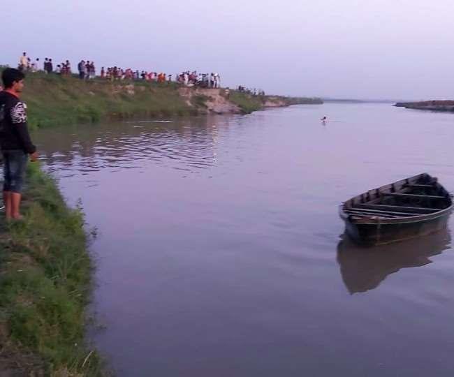 बागपत यमुना नदी में पलटी नाव, एक दर्जन से ज्यादा लोग सवार थे