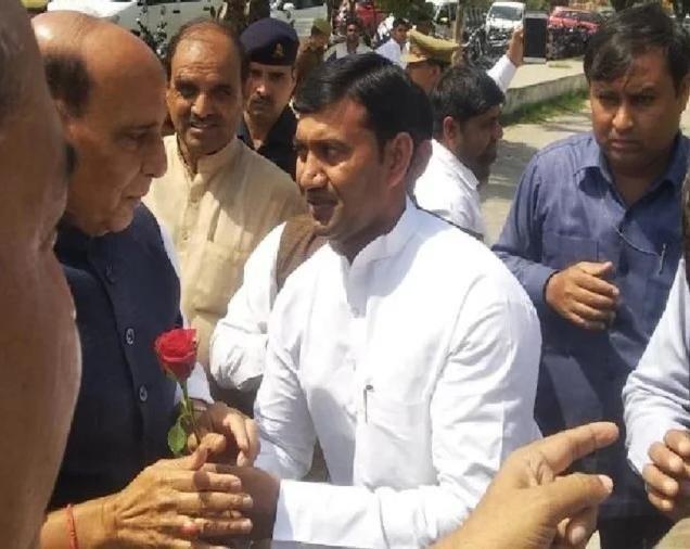 नोएडा में एक निजी कार्यक्रम में पहुचे रक्षा मंत्री राजनाथ सिंह, भाजपा कार्यकर्ताओं ने जोरदार स्वागत