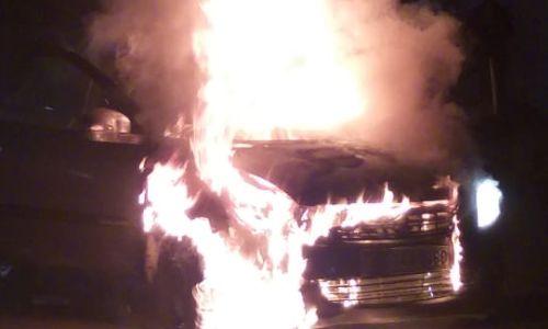 नोएडा में सेक्टर 59 मेट्रो के सामने स्विफ्ट डिजायर गाडी धू धू कर जली