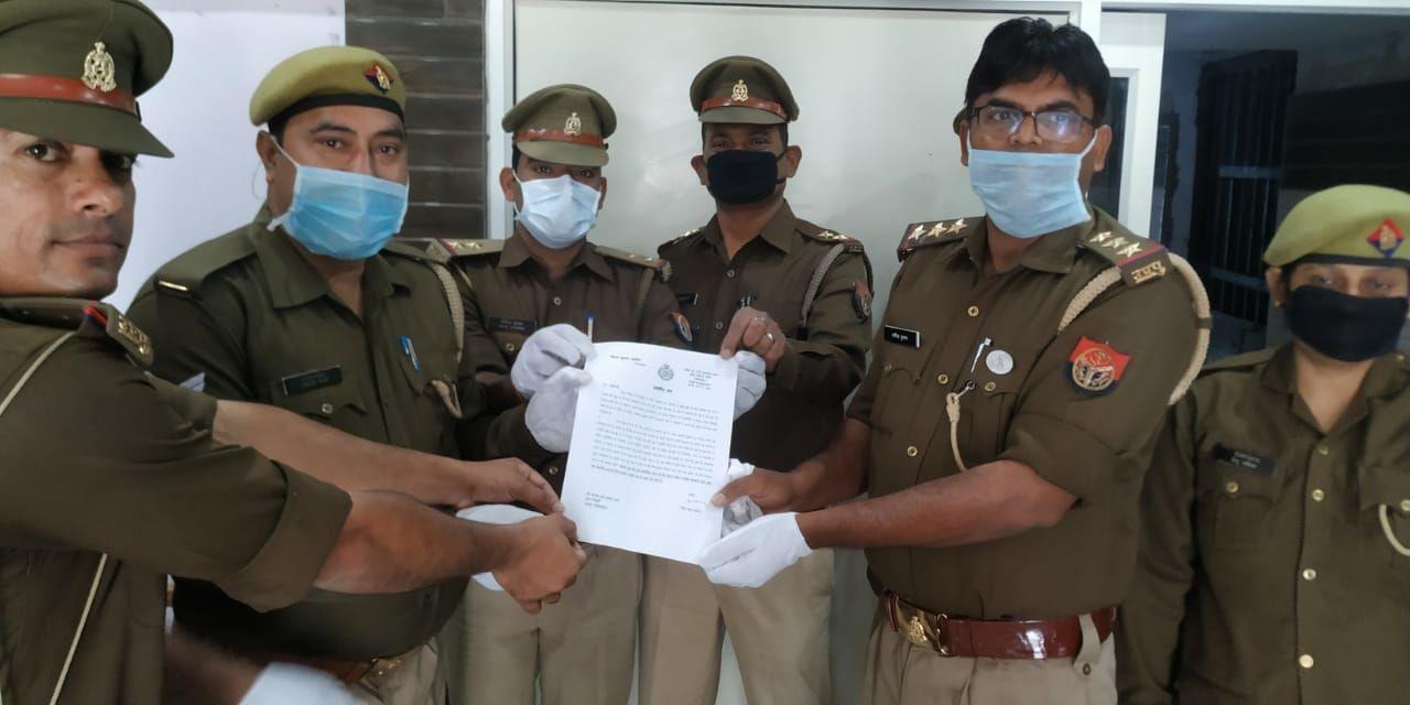 एसपी ग्रामीण द्वारा दिया गया प्रशस्तिपत्र थाना प्रभारी ने बीट पुलिस ऑफिसर को सौंपा